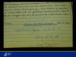 """Firma de Elie Wiesel en el libro de actas de la institución, luego de incentivar el esfuerzo del Museo """" I applaud your effort"""" (""""Aplaudo vuestro esfuerzo"""")"""