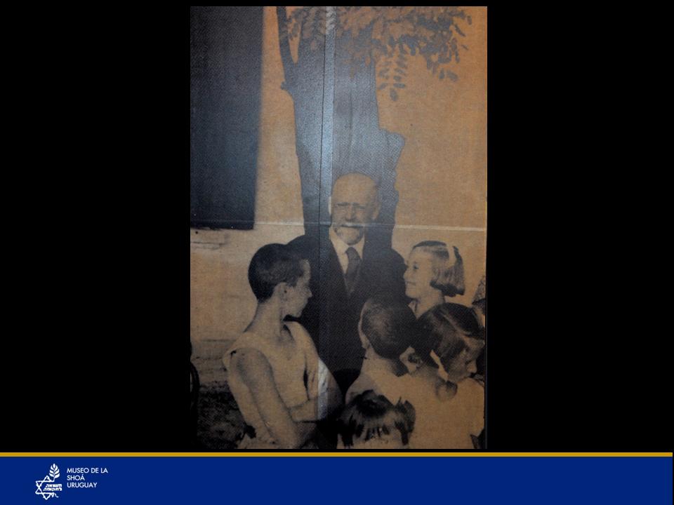 """Janusz Korczak, médico, pedagogo y escritor junto a los niños del Orfanato del Ghetto de Varsovia del cual era su director. A pesar de tanto horror también afloraron los mejores sentimientos. Korczak tenía un orfanato ubicado dentro del Ghetto de Varsovia donde permitía que los niños que quedaban huérfanos en el ghetto tuvieran una existencia digna con sus propias autoridades elegidas por ellos mismos, su propia publicación, su """"República"""", etc. Él se esforzaba muchísimo para conseguirles alimentos, medicinas y todo lo que fuera necesario. Los nazis decidieron matar a todos estos niños judíos pero salvarle a él su vida. Él dijo que si sus niños debían correr esa suerte, los iba a acompañar, y así se sentirían más tranquilos… y fue con ellos a la muerte en el campo de exterminio de Treblinka. Korczak fue fiel a su fe, a sus ideas y a sus niños. Su muerte fue un símbolo heroico digno de un mártir. Su verdadero nombre era Henryk Goldschmidt."""