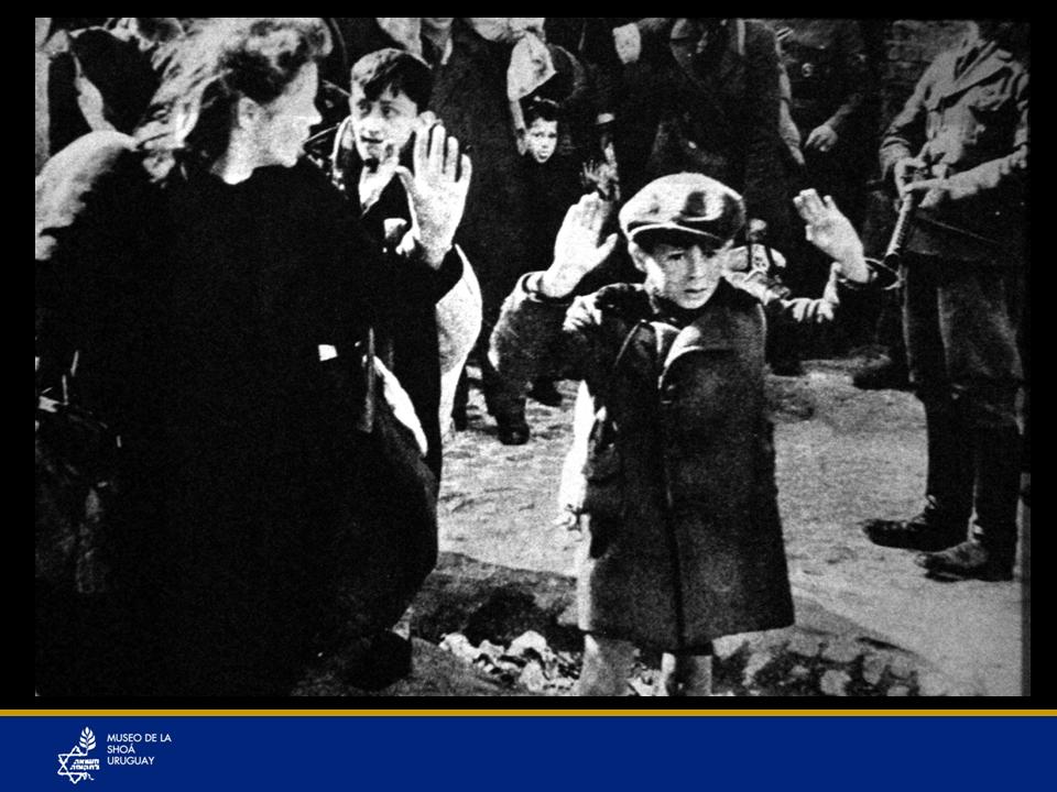 Foto del niño alzando sus brazos ante un nazi armado en el Ghetto de Varsovia. Esta foto es muy simbólica, ha recorrido el mundo. Muestra cómo los nazis se ensañaban inclusive con niños y mujeres. Luego se supo que este niño sobrevivió a la guerra.