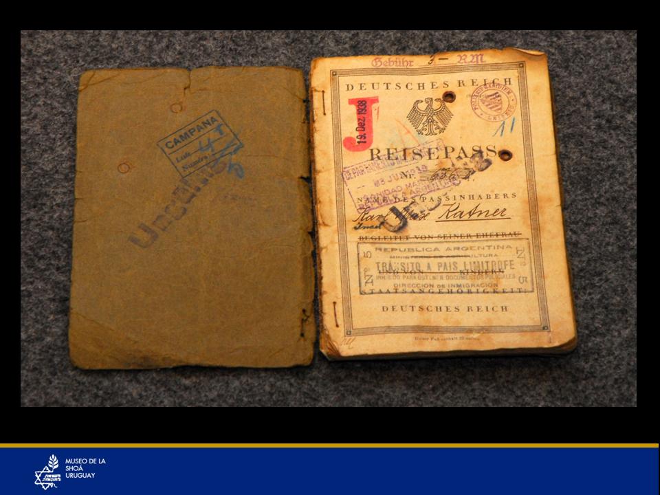 """Pasaporte del año 1938 con una jota mayúscula en rojo que indicaba que el documento pertenecía a una persona de origen judío. Una jota en rojo en el pasaporte, ¿por qué? Simbolizaba Judío. En los documentos de identidad se registraba quién era judío y así fue sencillo que se cumplieran las leyes discriminatorias y que se pudiera cumplir con el plan de """"la solución final"""". En Polonia en la cédula de los judíos decía: """"Descendiente de Moisés"""". En Alemania se sellaban los pasaportes con esa J en rojo. Todos los judíos varones de Alemania perdían su nombre y pasaban a llamarse Israel y todas las mujeres Sara; nadie podía conservar su nombre de nacimiento, como se puede apreciar en el pasaporte a pesar de que se expidió cuando todavía no había estallado la guerra."""
