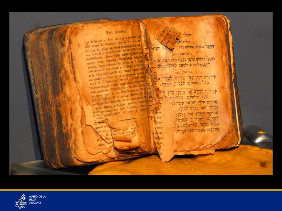 La Sra. María Klein nunca dejó de orar diariamente en el libro de rezos (SIDUR). Estos 2 objetos la acompañaron durante toda su larga vida.