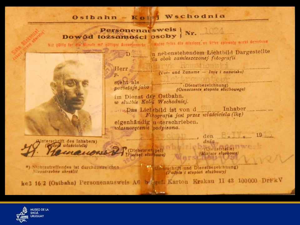 """Documento falso de Chil Rajchman (Z""""L)Documento de identidad falso que perteneció a Chil Rajchman, confeccionado por un amigo polaco no judío, Wactaw Yarosz, con el sello nazi, y extendido a nombre de """"Henryk Romanowski"""", de profesión """"electricista."""" Lo hizo luego de que Rajchman se evadiera del campo Treblinka tras el levantamiento en 1943. Así correría menos riesgos, puesto que la guerra continuaba. De todas formas, ese documento no era garantía de conservar la vida."""