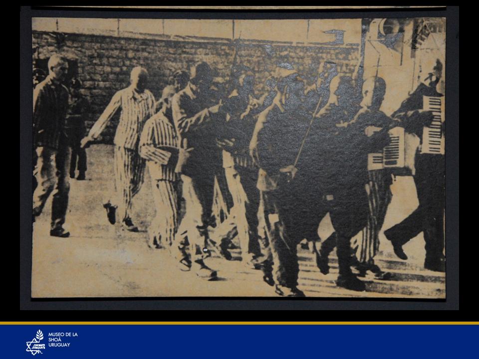 Campo de Mauthausen. La orquesta del campo, compuesta por prisioneros es obligada a conducir a otros prisioneros a su propia ejecución.