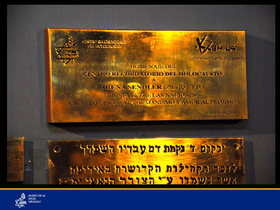 """Plaqueta del homenaje a Irena Sendler año 2008 """"Justa entre las Naciones"""". Enfermera polaca, no judía salvó a más de 2.500 niños judíos cuidando de que no perdieran su identidad, poniendo en riesgo su vida. El Centro Recordatorio del Holocausto le hizo un homenaje importante en la Comunidad Israelita del Uruguay, con colaboración de la Embajada de Polonia, cuando aún existía dicha representación diplomática en nuestro país."""
