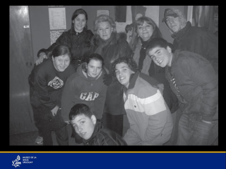 Grupo Guili acompañados por la sobreviviente Sarita Kempinski